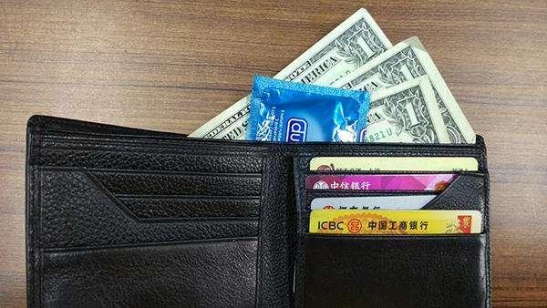 钱包里放避孕套的寓意 女人钱包放避孕套招财